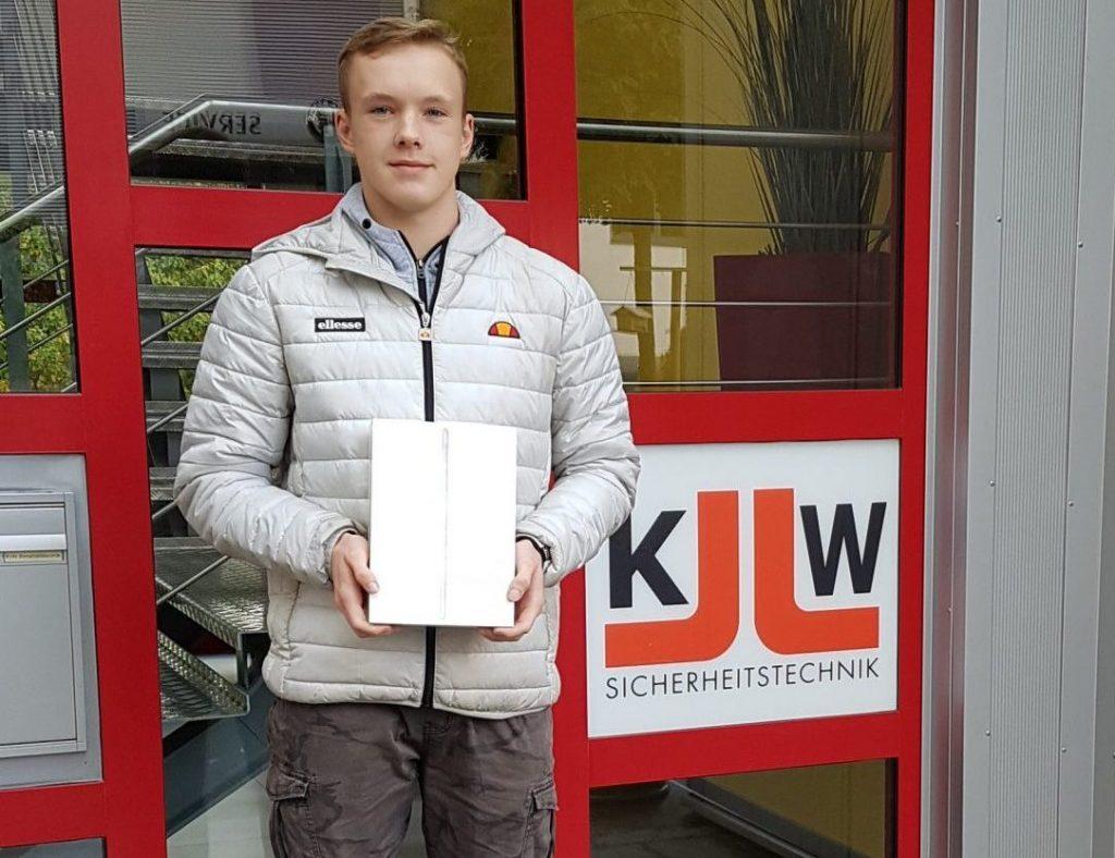 Der Gummersbacher Realschüler Marvin Scholz freut sich über seinen Gewinn.